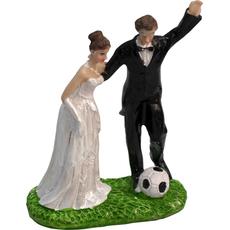 Mladoporočenca na travi z nogometno žogo 11x5x10cm