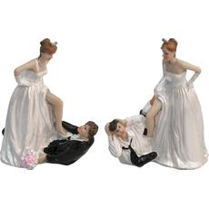Mladoporočenca nevesta stoji na ženinu 9x8x12cm sort