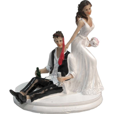 Mladoporočenca nevesta vleče ženina za kravato 13x10x15cm